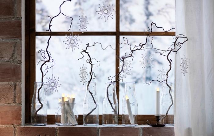 décoration rebord de fenêtre minimaliste scandinave avec des vases en verres, branches fines et des bougies led, idee deco noel a faire soi meme