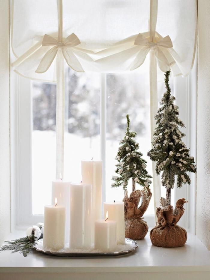 deco noel a fabriquer soi-même avec des bougies blanches de tailles différentes disposées sur un plateau et des mini-arbres de noël en sac en jute, décoration rebord de fenêtre naturelle et minimaliste