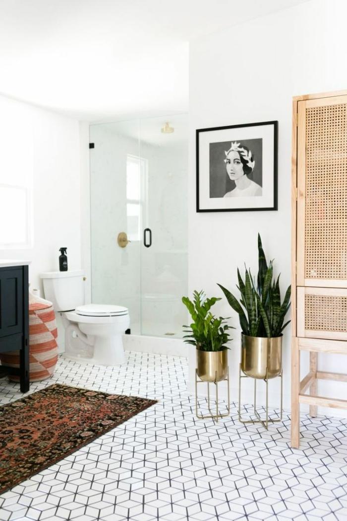 salle de bain zen, sol aux motifs géométriques, pots de fleurs cuivrés, portrait monochrome, paravent, petite cabine de douche