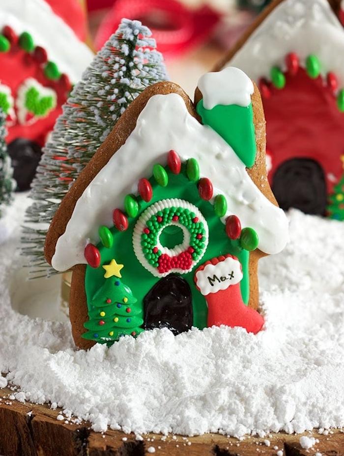 biscuit original façade maisonnette de noel avec decoration glacage coloré motifs de noel et des bonbons mm