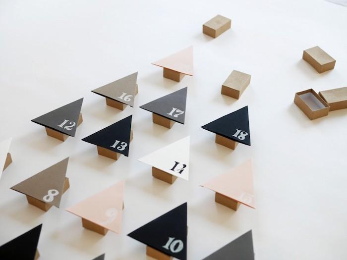 boîte d'allumettes cartonnée avec une face en forme de triangle sapin numérotée à chiffre blanc, calendrier de l avent fait main