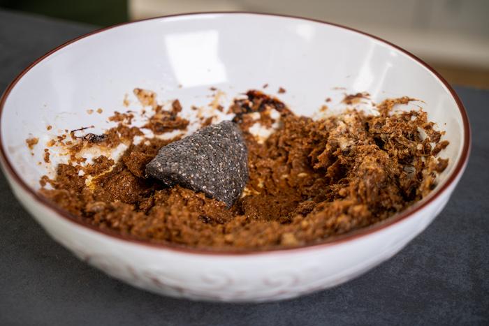 ajouter l oeuf vegan aux graines de chia et de l eau dans le bol avec le sucre de coco, beurre de coco et melasse, melange biscuit pain d epice