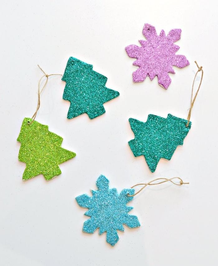 quelle deco noel a fabriquer, petites décorations en pate fimo motif flacon de neige et sapin de noel en paillettes