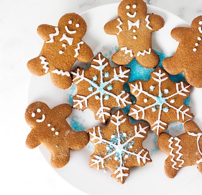 pain d epice sans gluten recette facile à réaliser avec de la farine complète, motif bonhomme et flacon de neige avec glaçage royal et pépites bleues imitation neige