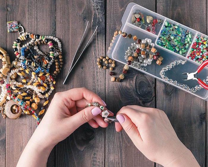 image de fabrication de bijoux originaux faits main pour idée cadeau telle une bague originale ou des boucles d'oreille originales