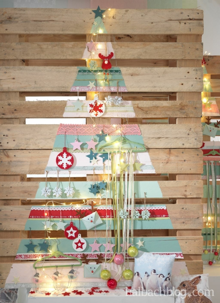 sapin de noel en bois a faire soi meme, flocons de neige en rouge et blanc, planches technique de découpage avec papier rose et bleu