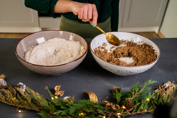 incorporer les ingredients secs dans le melange de beurre de cacahuete, sucre de coco, oeuf vegan et huile de coco, tuto pour faire pain d épice