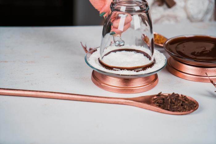 recette chocolat chaud cacao en poudre, comment givrer un verre de chocolat chaud avec noix de coco râpée