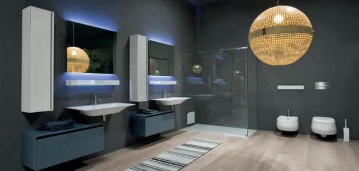salle de bain gris et bois, plafonnier boule, deux vasques suspendues, miroirs muraux, carrelage gris anthracite