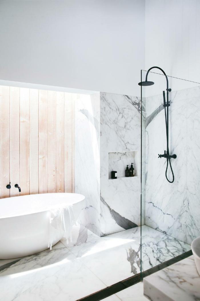 salle de bain petite surface, baignoire blanche, douche ouverte avec un simple paroi, lambris mural bois, carrelage en marbre
