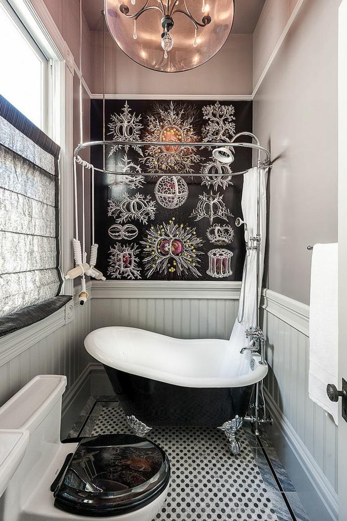 salle d'eau en rose taupe, blanc et noir, baignoire antique asymétrique, plafonnier original, papier peint noir figures argentées