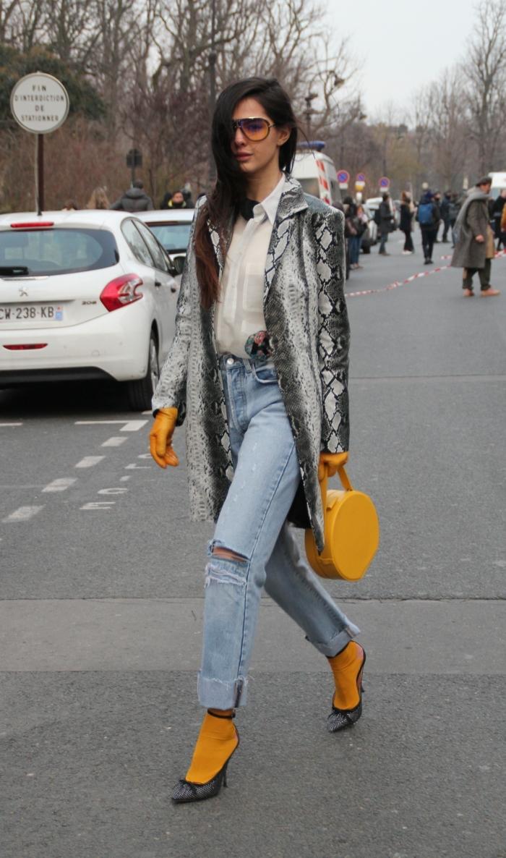 mode femme automne hiver, chaussettes jaunes, sac rond jaune, chemise blanche, vetement femme chic