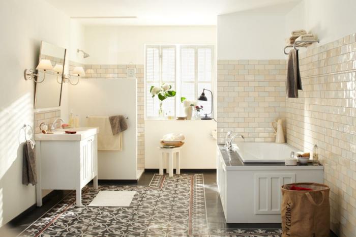 carreaux de ciment motifs marocains, lavabo blanc, meuble salle de bain blanc, baignoire à encastrer, carreaux métro beiges, tabouret blanc, deux fenêtres
