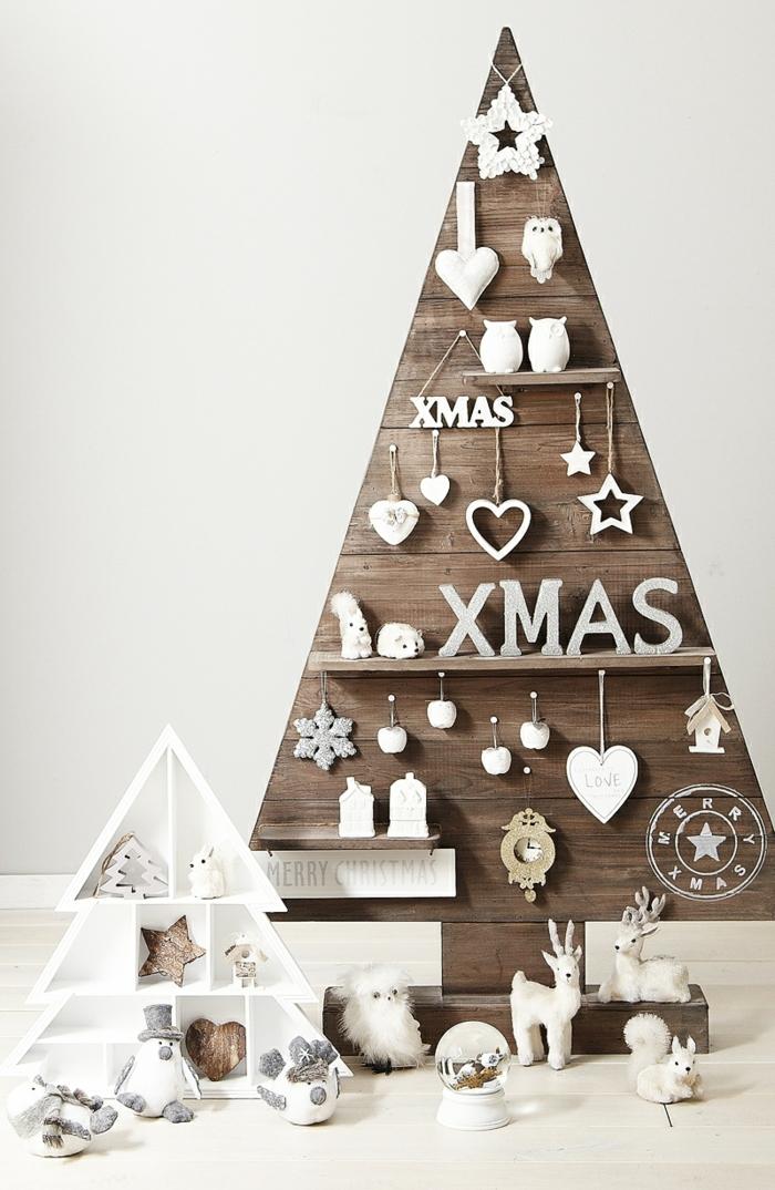 sapin en bois, déco de noel originale, cerfs blancs, étagère triangle, hibou moelleux, objets blancs cloués ou accrochés à l'arbre