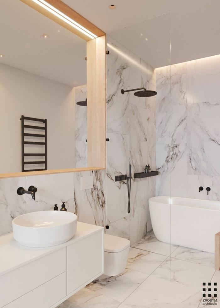 tête de douche ronde, murs marbrés, miroir encadré de bois, vasque ronde, robinets muraux noirs