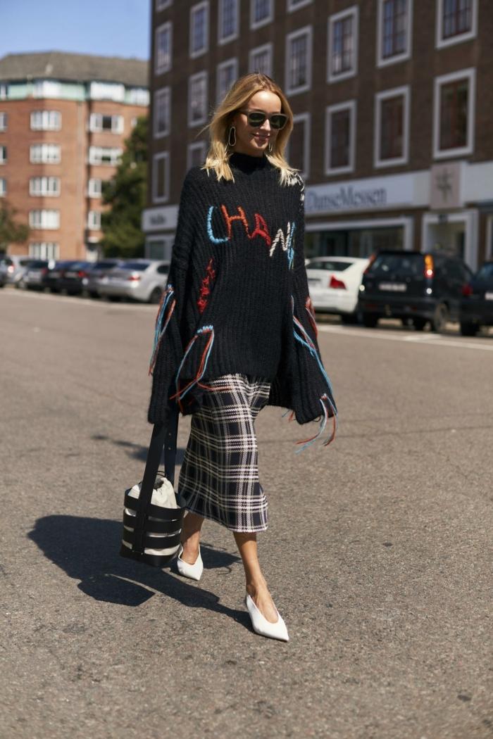 jupe en tweed midi longue, escarpins blancs, sac cabas original, pull oversize femme
