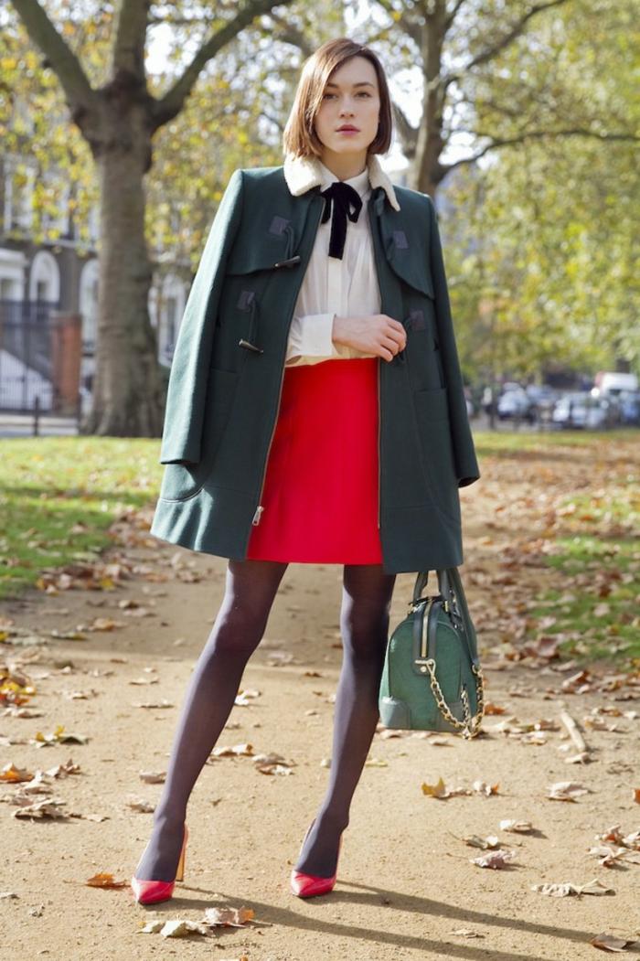 Tenue de fête idée, femme robe reveillon tenue habillée femme photo, jupe courte rouge, chemise blanche, manteau vert longue
