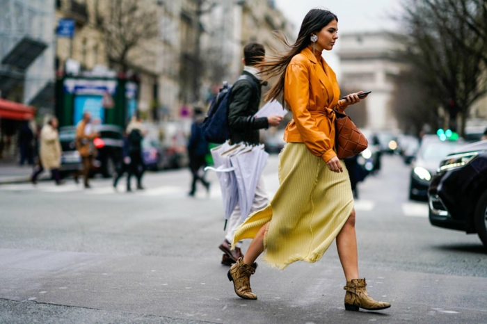robe longue hiver jaune, veste suedine jaune, bottines tendance femme, sac marron