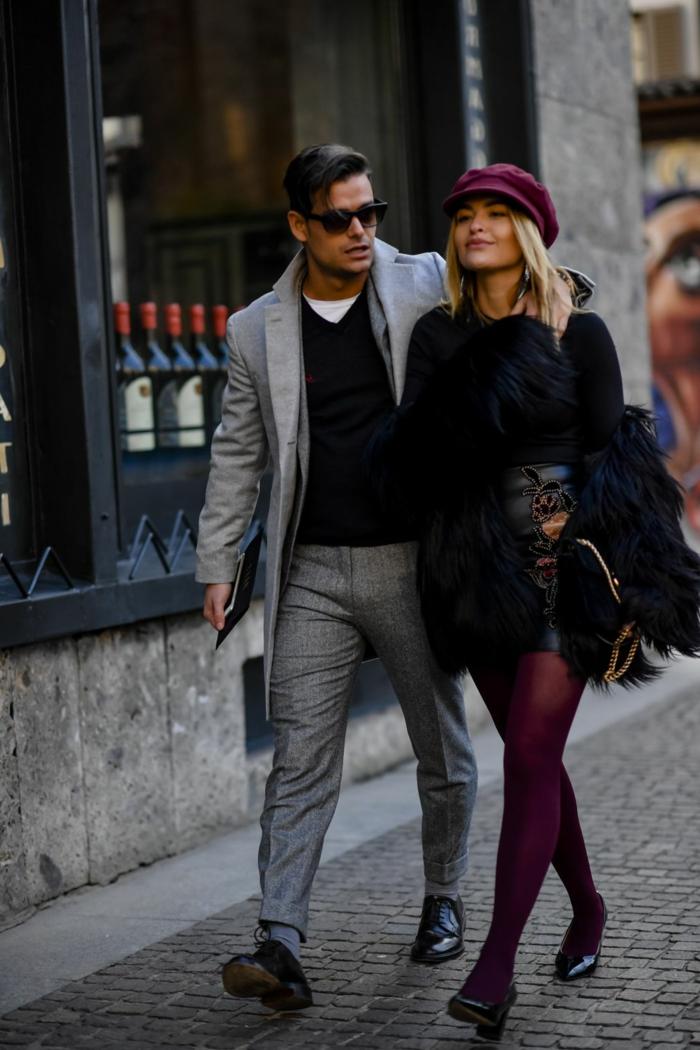 manteau fourrure femme court, collant pourpre, casquette burgundy, tailleur homme gris clair