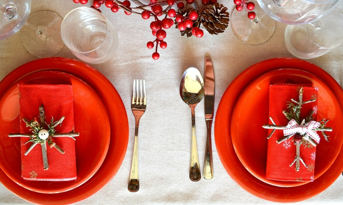 la table de noel assiettes rouges ustensiles nappe blanche d co avec baies rouges et pommes de pin d co de noel diy