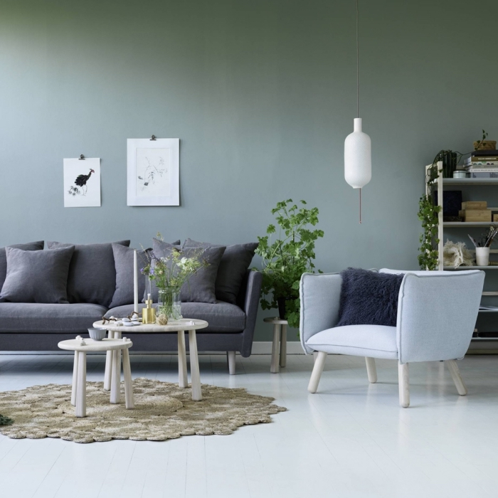 déco de salon avec murs en verte peinture couleur bois meubles, accessoires moderne en finition blanc mate