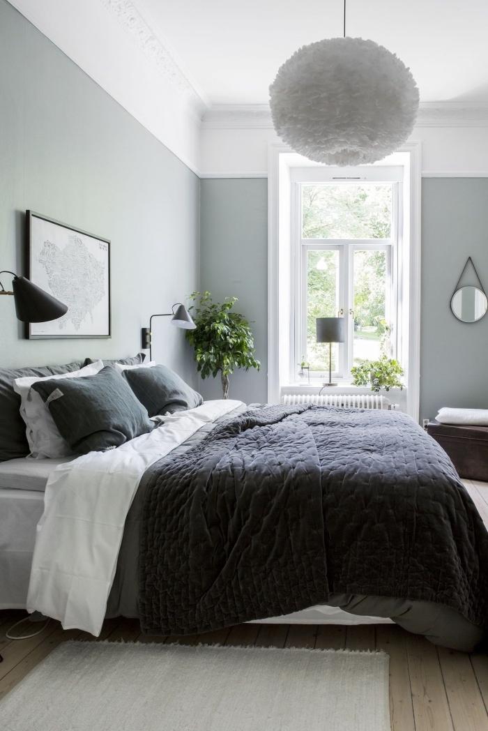 déco de chambre moderne avec grand lit et accessoires en finition noir mate, couleur vert de gris dans une chambre adulte