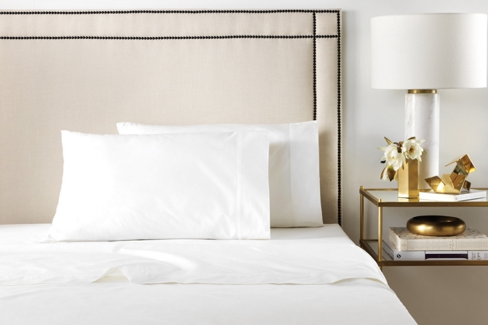 linge de lit en satin, idée cadeau femme noel, chambre à coucher design luxueux avec meuble à finition dorée