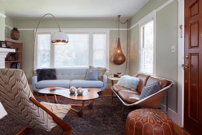 aménagement salon aux murs vert pastel, déco avec meubles bois, design intérieur traditionnel avec meuble bois et cuir