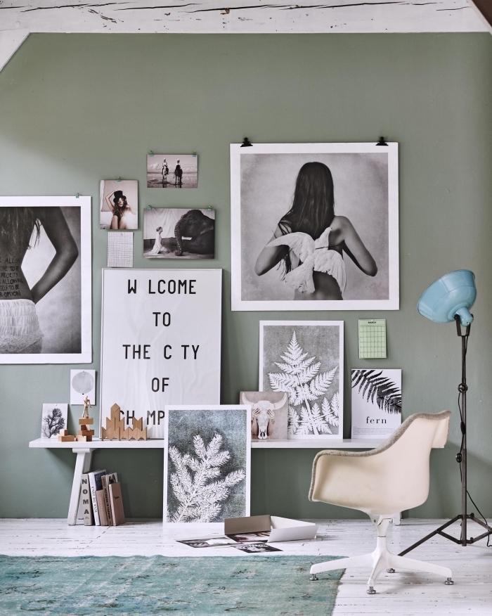 décoration murale en mur de cadres et photos blanc noir, couleur vert de gris dans l'intérieur, déco art dans le salon
