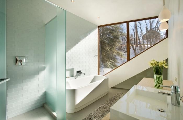 carrelage sdb à relief, magnifique déco de salle de bain avec baignoire, exemple de meuble sous vasque en bois clair