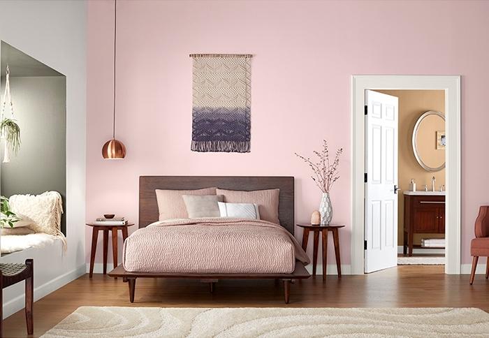 quelle couleur pour une chambre contemporaine 2019, aménagement chambre au mur rose giroflee avec pan de mur blanc