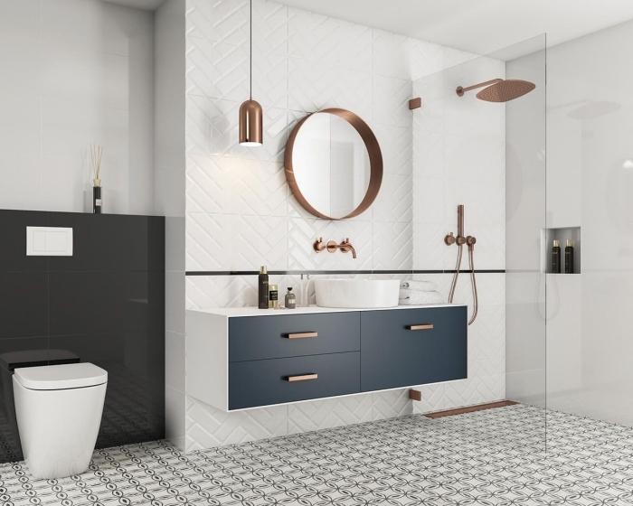 accessoires salle de bain avec miroir et lampe en cuivre, déco toilettes moderne avec mur en blanc et noir laqué