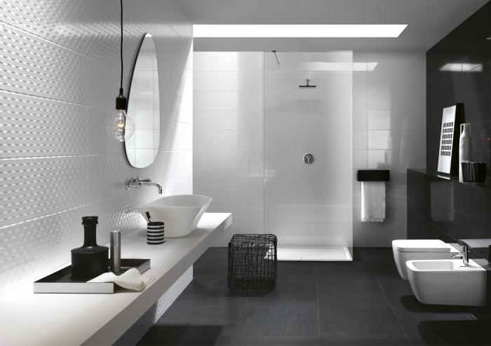 avec quelle couleur associer le blanc, faience salle de bain à design relief, modèle salle de bain avec douche