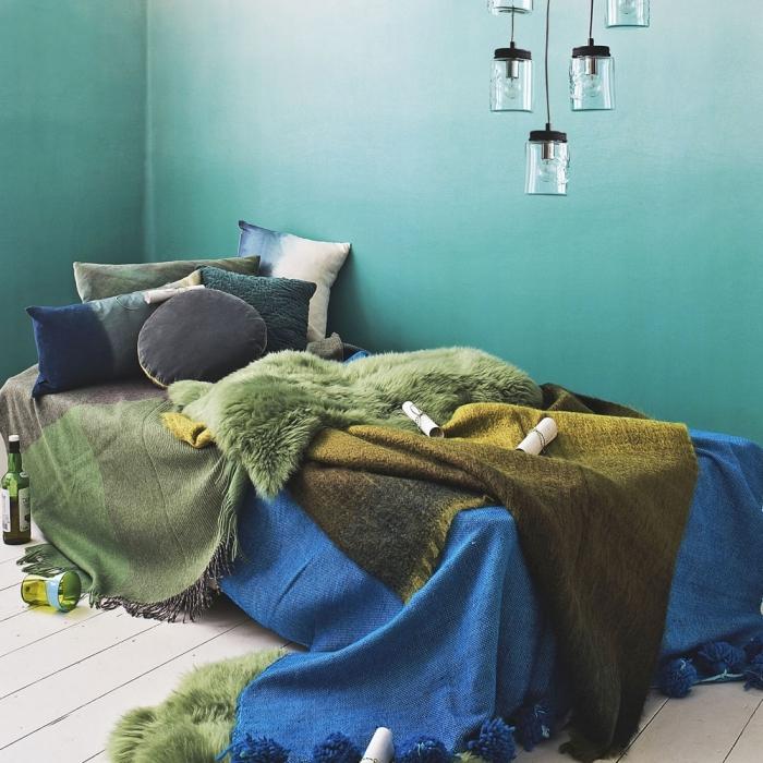 exemple de chambre à coucher aux murs en couleur vert d eau ou vert bleu, décoration cozy avec accessoires en vert