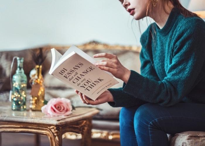 idee cadeau fille, choix de livre pour femme romantique, exemple de décor glamour avec objets et accessoires en or