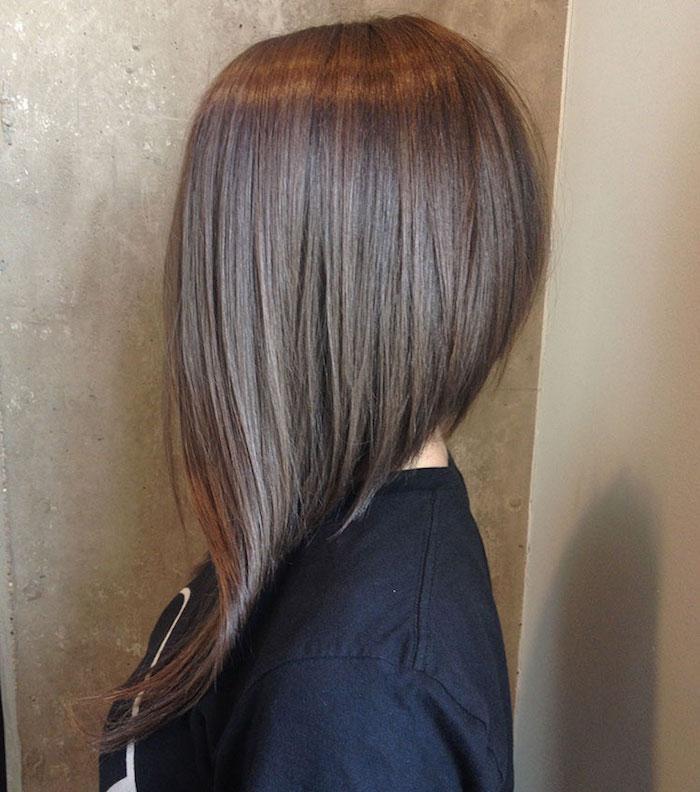 coupe long carré plongeant avec ondulation sur les pointes de devant avec cheveux chatains