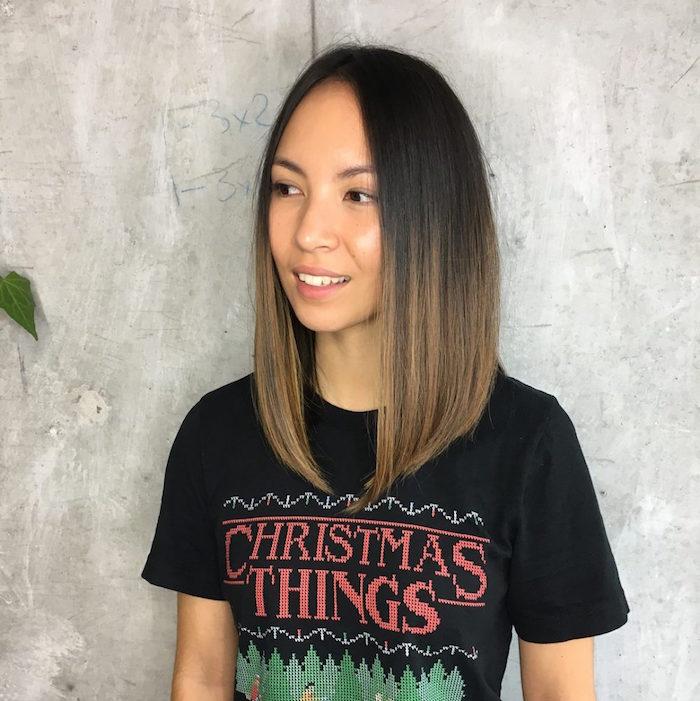 femme asiatique avec coupe carré long plongeant et lisse avec tie and dye châtain clair sur cheveux bruns et tee shirt christmas things