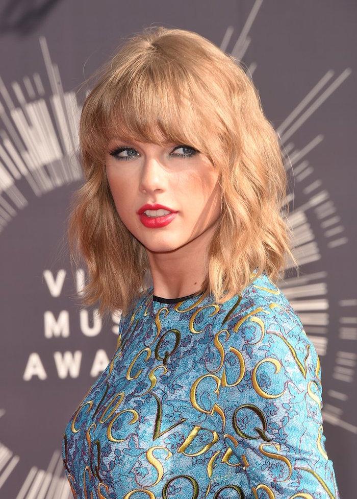 coupe carré blong ondulé wavy long sur épaules avec frange et robe turquoise et or