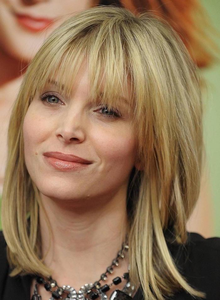 modele de coiffure femme carré dégradé long avec frange et coloration blond platine cendré