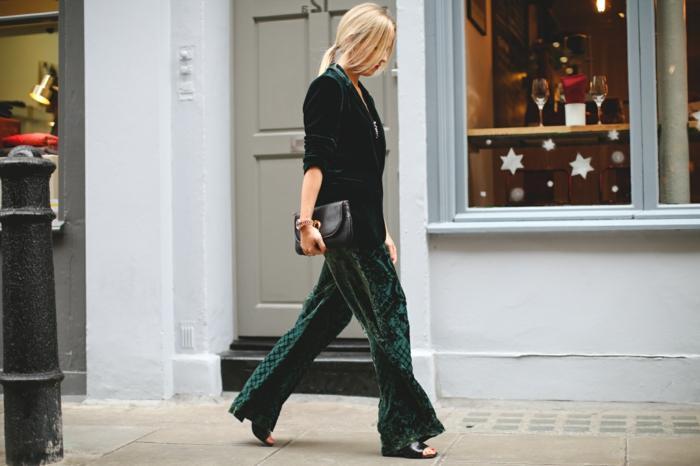 combinaison femme longue en velours vert, sac à main noir, sandales noires laquées