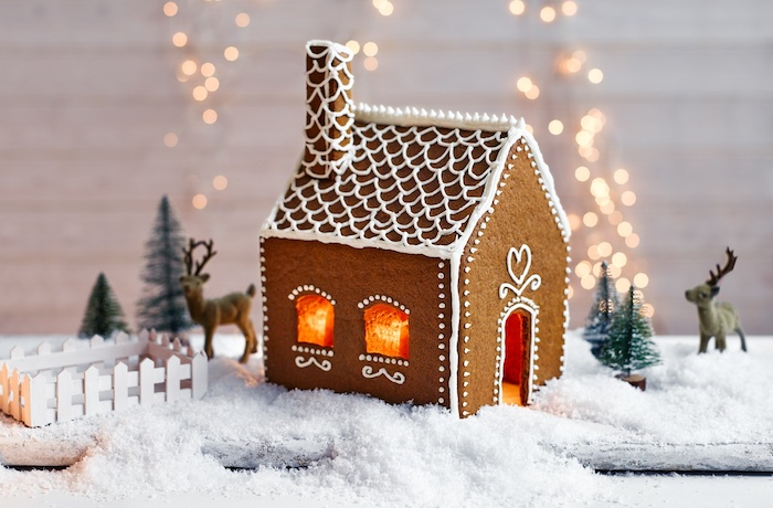 idee de maison en pain d épice facile a faire avec gabarit à imprimer, décoration de glaçage royal, mise en scène de noel