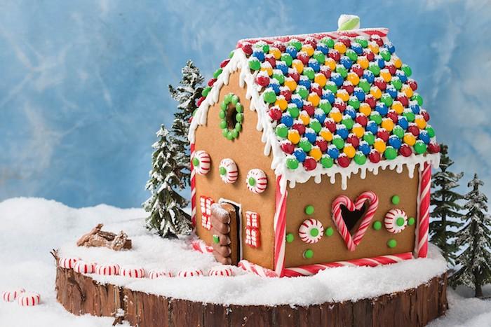 bonbons mm pour décorer la toiture d une maisonnette, petits biscuits, bonbons sucre d ogre, composition decorative gourmande sur un rondin de bois