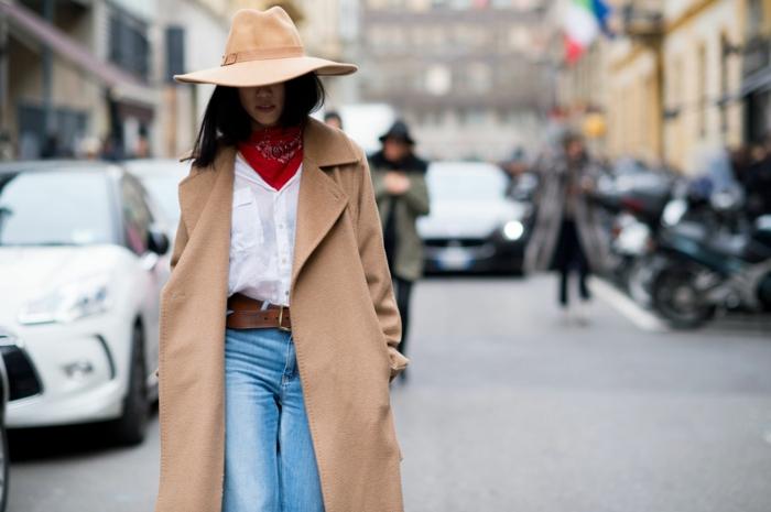 manteau camel femme, jeans bleus, chapeau feutrine couleur camel, pull col roulant rouge, chemise blanche