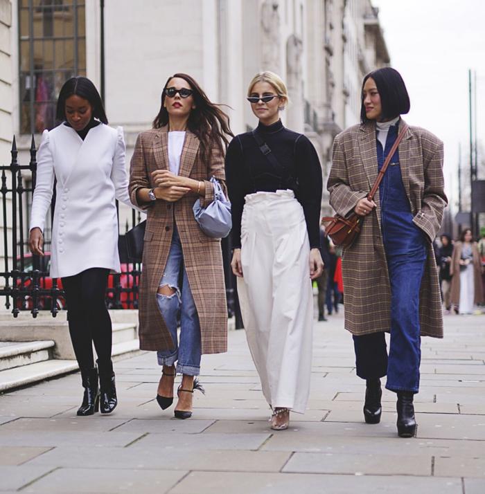 mode femme style casuel élégant, bottines laque noire, jeans déchiré, pantalon fluide blanc, manteau carreaux femme