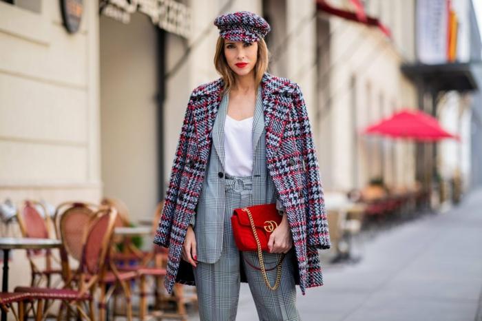 manteau carreaux femme, sac rouge, chaîne casquette tartan, tailleur femme chic, petit café dans la rue