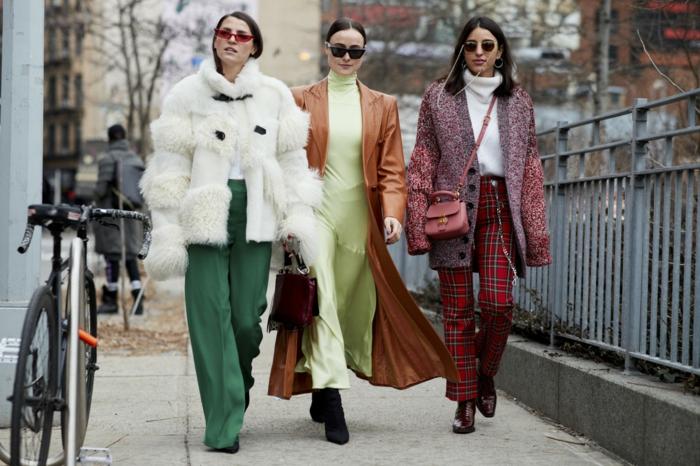 pantalon vert, manteau blanc fausse fourrure, robe longue hiver couleur jaune clair, pantalon tartan