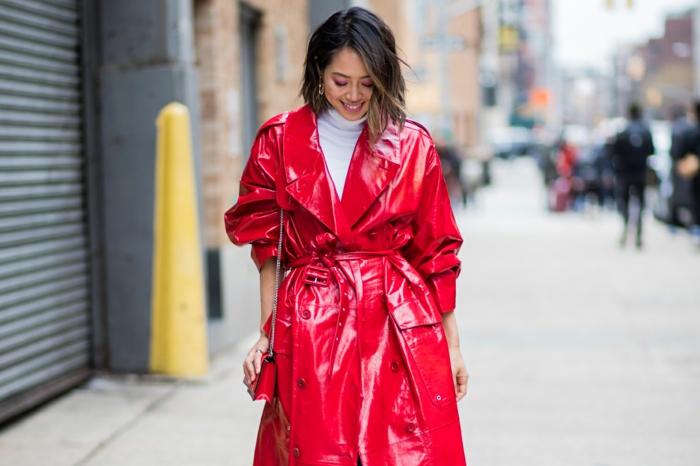 pardessus rouge vinyle, pull col montant blanc, sac rouge, mode et vetement femme chic