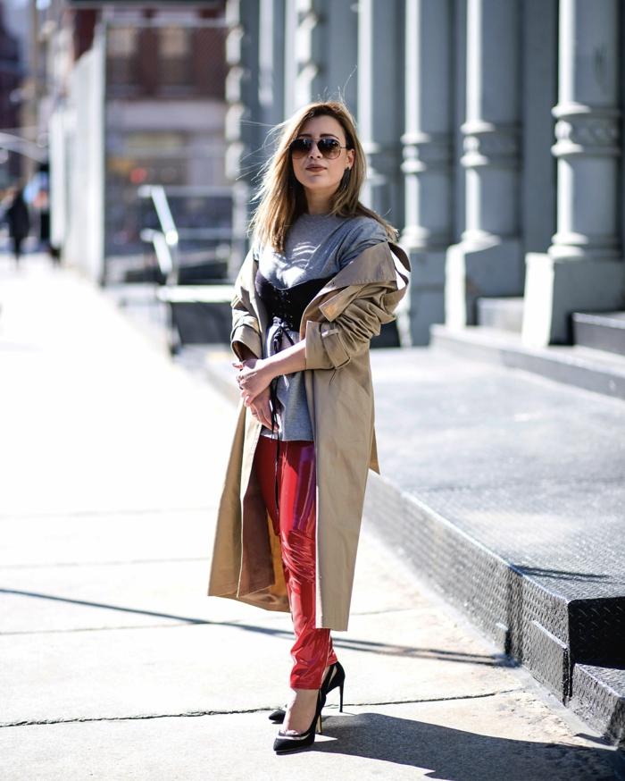cuir stretch femme, escarpins noirs, long manteau beige, pull gris, pantalon simili cuir femme
