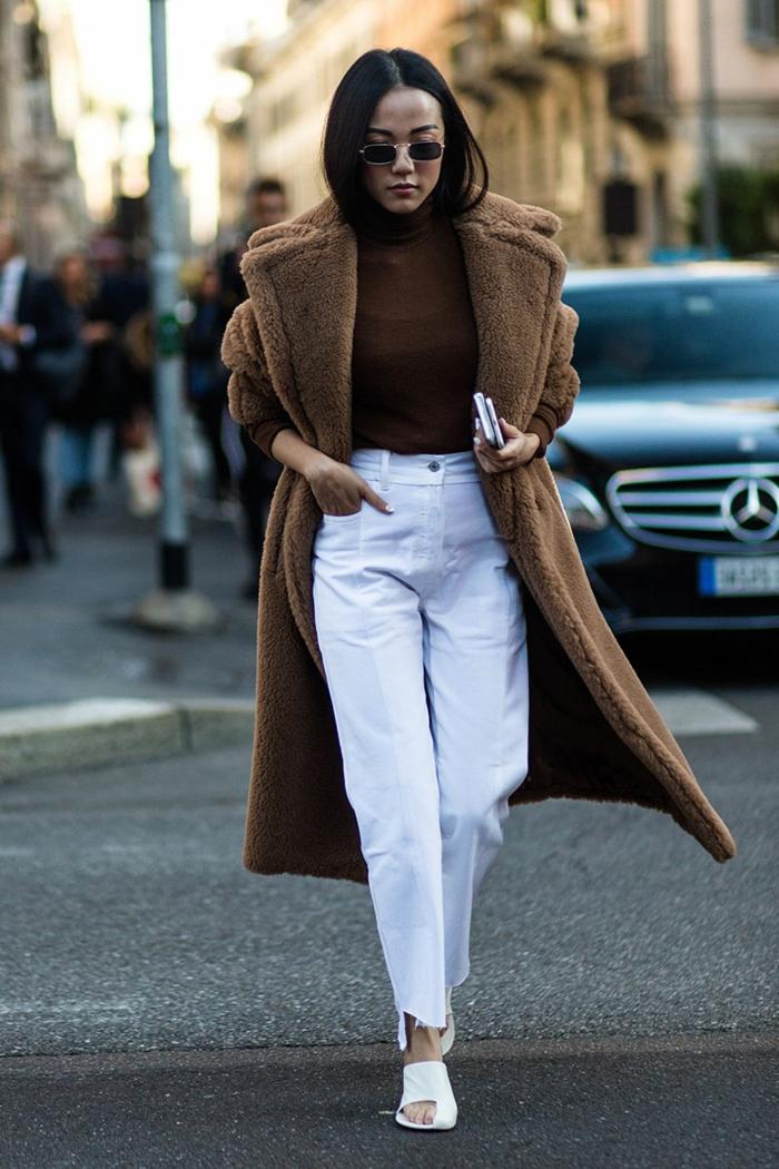 jeans bleus, manteau long teddy bear, pull marron, lunettes de soleil rondes, vetement femme classe