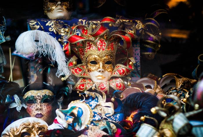 modèles de masques traditionnels sur les vitrines des boutiques vénitiens, déguisement pour le carnaval de Venise
